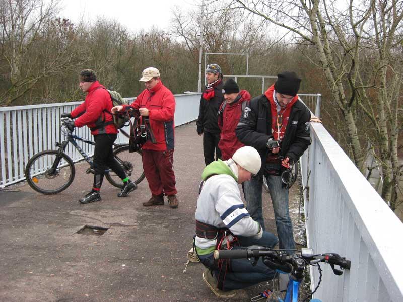 прыгуны с мостов в Гомеле фото